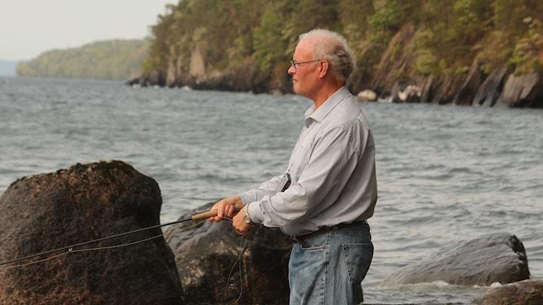 Mikael Hedin med sitt fiskespö vid Vättern.