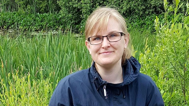 Ung kvinna i grön miljö