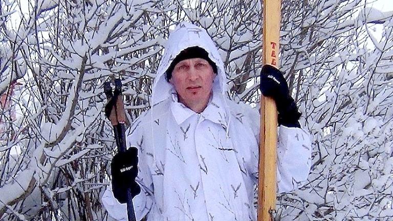 Författaren Mikael Niemi med sina skogsskidor - som egentligen sticker långt ovanför huvudet och bilden.