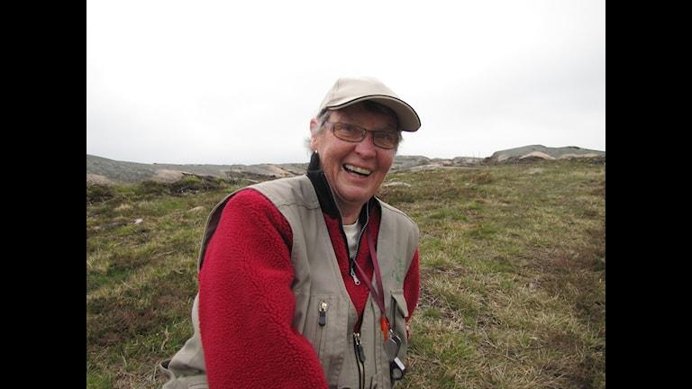 Evastina Blomgren, ordförande i Bohusläns botaniska förening, vet var blingon växer. Foto Jenny Berntson Djurvall/Sveriges Radio