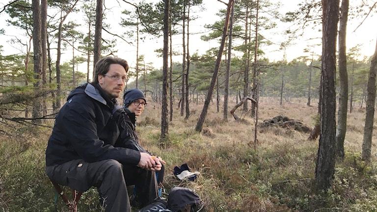 Janne Hellenberg och Malin Sahlin på pass intill en tjäderlek, i väntan på att mörkret ska falla.