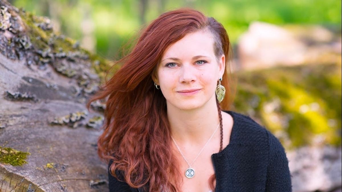Porträttbild på ung kvinna ute i naturen