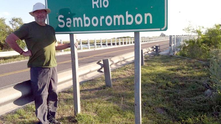 Lasse Willén på reportageresa. Här på jakt efter Samborombon på Pampas.