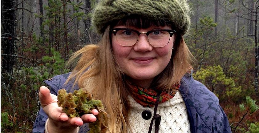 Fia Bengtsson, doktorand vid Uppsala universitet, forskar på vitmossor. Här en flytvitmossa. Foto: Lena Näslund
