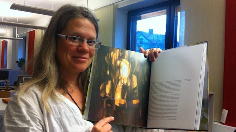 """En flickslända på ett strå, en bild Lisa Henkow njuter av i boken """"i skuggan av träden"""". Foto Helena Söderlundh /Sveriges Radio."""