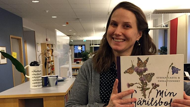 Naturmorgons Helena Söderlundh tipsar o Min fjärilsbok. Foto: Lasse Willén/Sveriges Radio