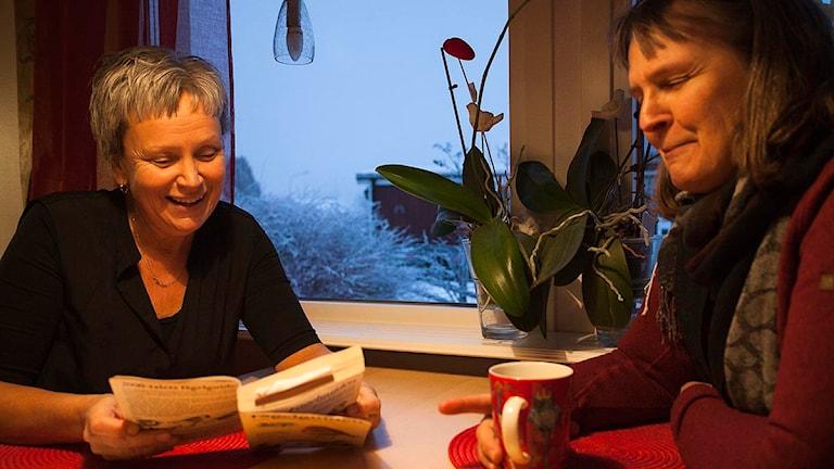 Fågelskådarna Gunborg Stenvall och Elsa Rensfeldt brinner för fåglar - och hoppas locka fler till fågelstationen Haparanda Sandskär genom ett nytt stipendium till Ingrid Sandahls minne. Foto: Therese Forsberg.