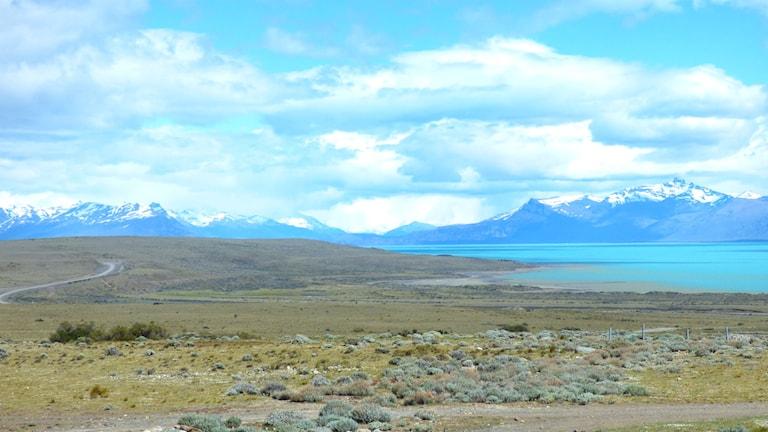 sjö och snöklädda berg