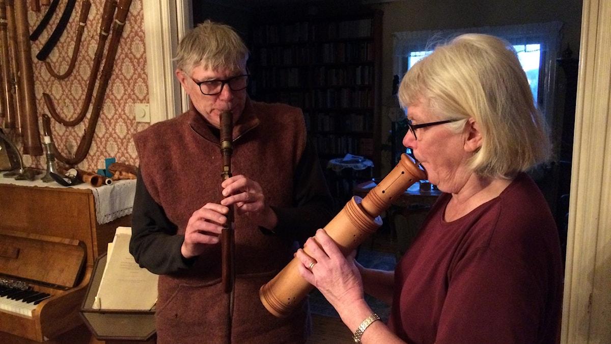 Gunnar Sjödin och Ruth Hobro delar intresset för insekter, men också för renässansinstrument. Foto: Joacim Lindwall/Sveriges Radio