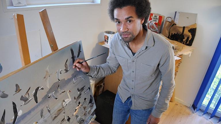Hans Larsson fick uppdraget att måla den nya fågelskylten vid Stockholms ström som invigs lördagen 24 januari 2015