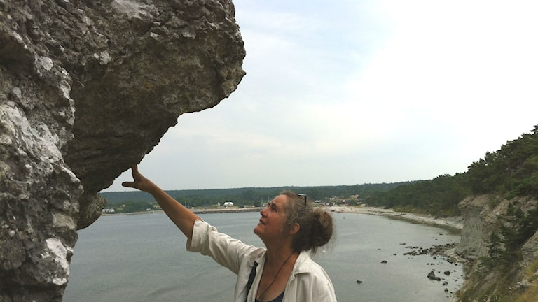 Sara Eliasson vid rauken Jungfrun på Gotland. Foto Lisa Henkow /Sveriges Radio.