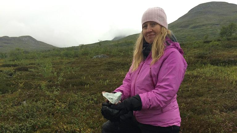 Fjällekologen Lisa Öberg med en bit täljsten.