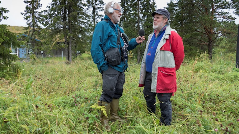 Thomas Öberg och Curt Persson om lerans historia i Jukkasjärvi. Foto: Birgitta Öberg.