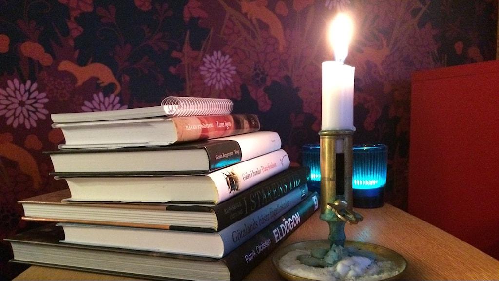 En liten del av de böcker som Naturmorgons redaktion, förstärkta med Tina-Marie Qwiberg, tittat på inför årets bokprat. Foto: Helena Söderlundh/Sveriges Radio.