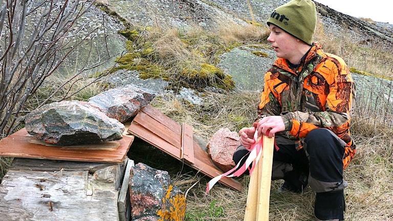 Edvin Malmqvist vid ett av de påplatsbyggda ejderhusen.