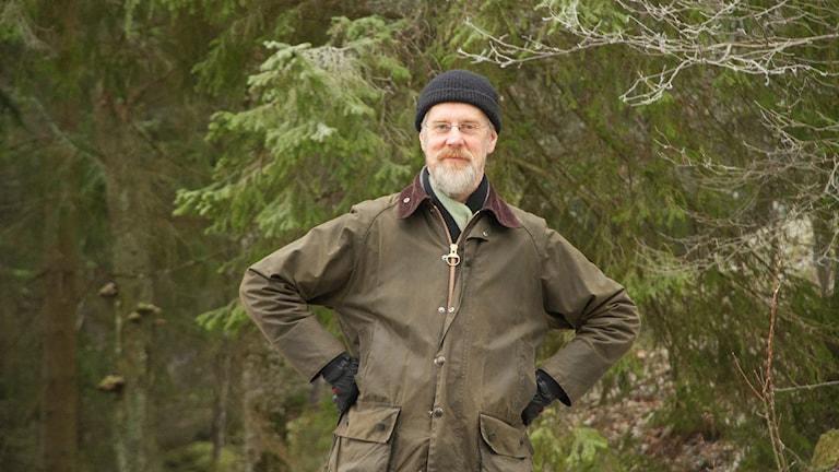 Porträttbild på man i vintrig granskog