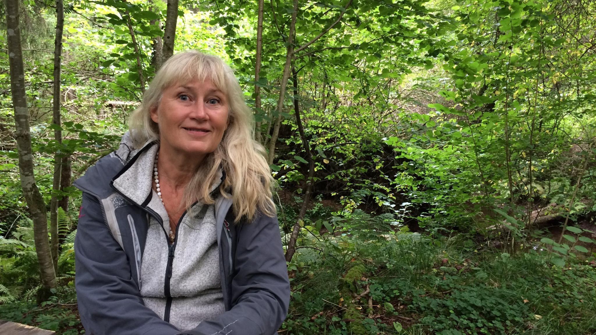 Kvinna i skog. Eva Sanner har skrivit boken Naturens hemlighet och vill få oss att få en bättre relation med naturen. Då mår både natur och människa bättre.