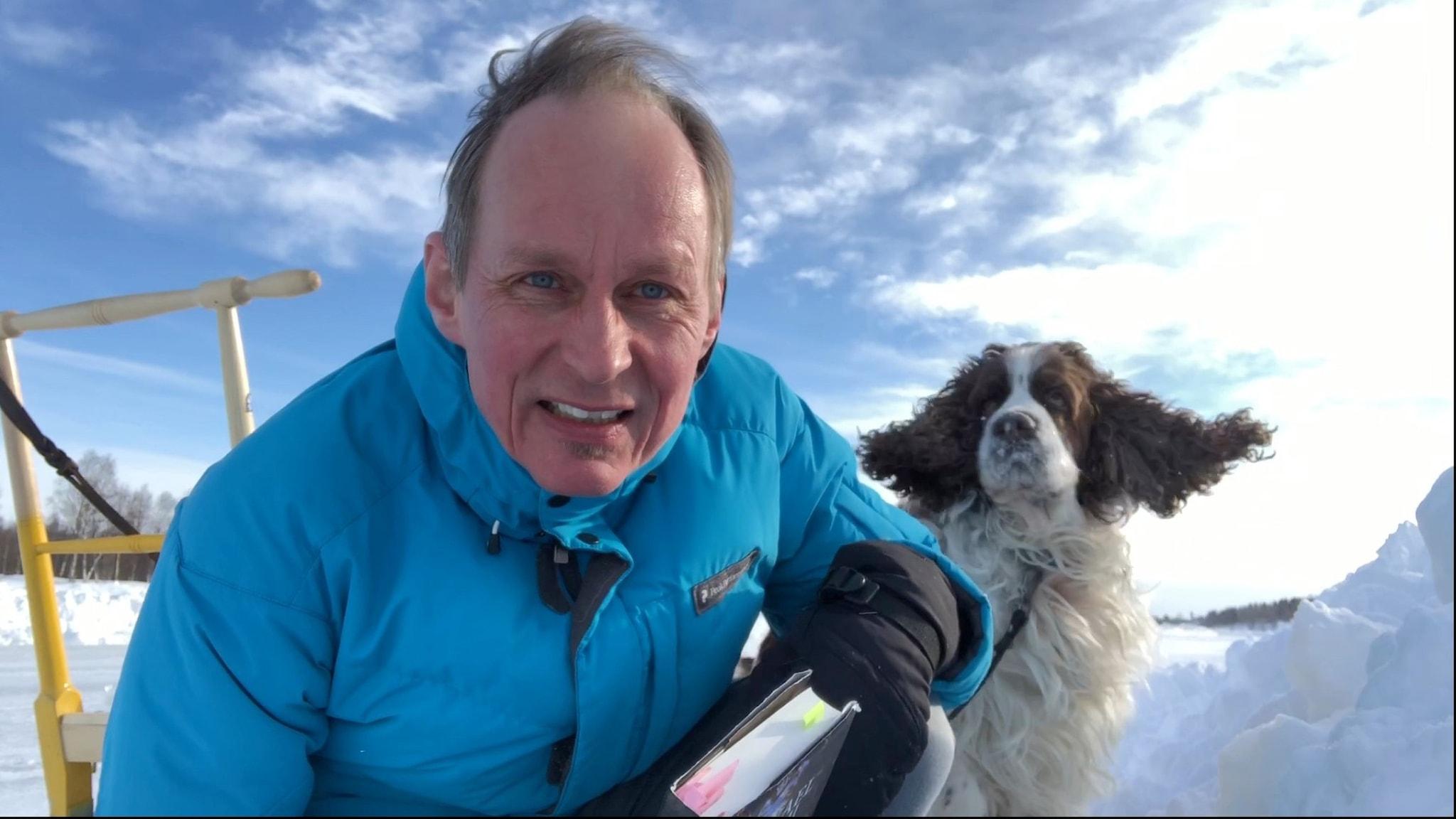 man med spark på is med hund