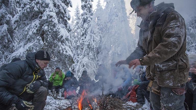 Tuff utflykt i vinterekologin för Umestudenterna, ledda av Stig-Olof Holm, kräver en paus vid brasan. Foto: Therese Enlund.