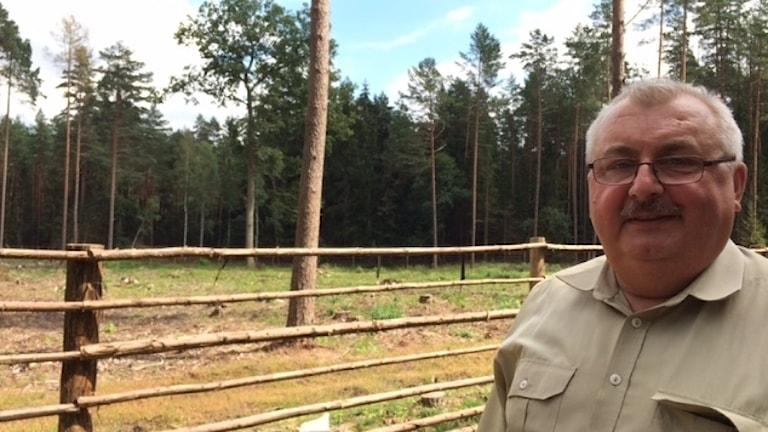 Skogvaktare framför stängslat område