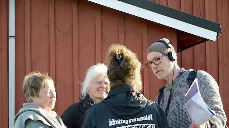 Tre kvinnor intervjuas av man med hörlurar och mikrofon