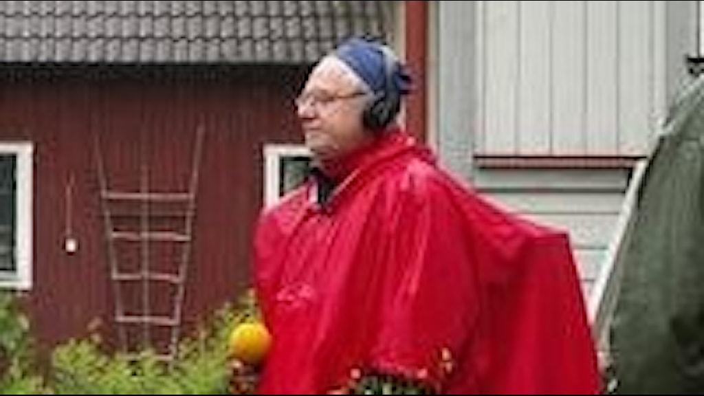 Anders Börjeson såg ut som en fasan i sin regnponcho enligt zooekologen Görgen Göransson.