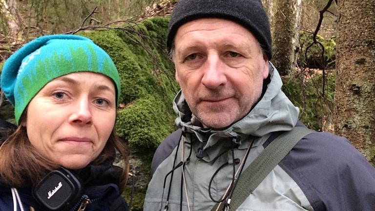 Naturmorgons reporter Jenny Berntson Djurvall och Peter Carlsson från Mossornas vänner i mosskogen på Orust.