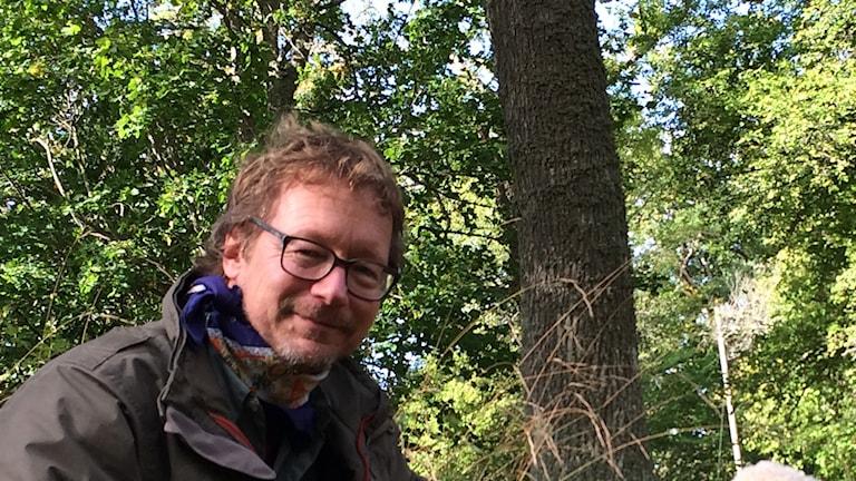 Svampexpert Tommy Knutsson, Öland, med ek bakom.