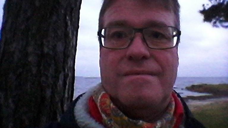 En porträttbild av en man vid stranden av Kalmarsund