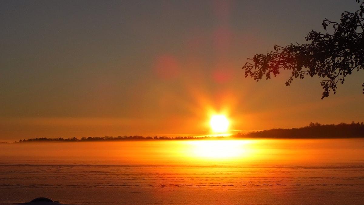"""""""Solen stiger över husen, sjön är vit och slät och frusen"""""""