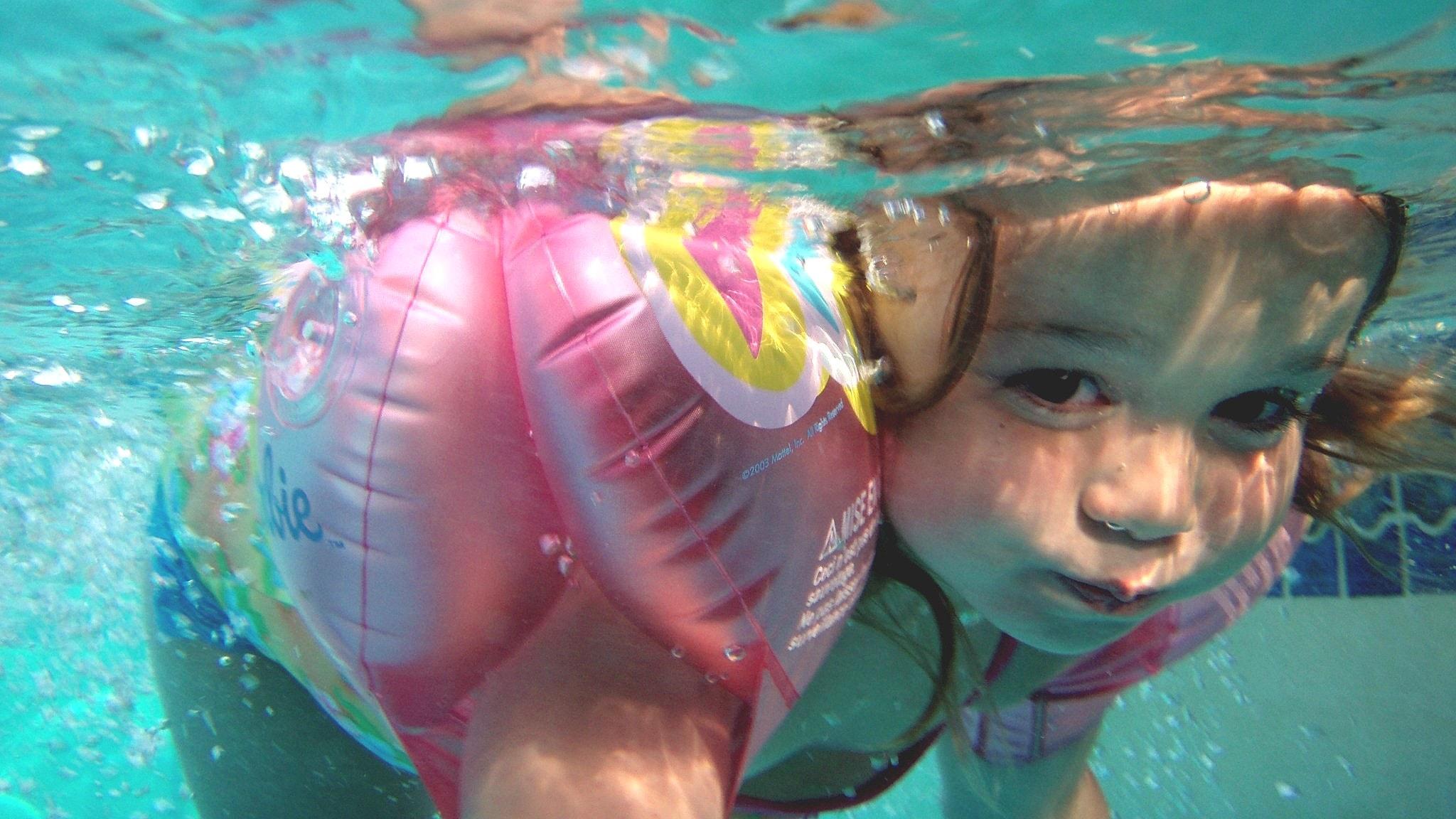 Veden alta otettu kuva pienestä lapsesta.