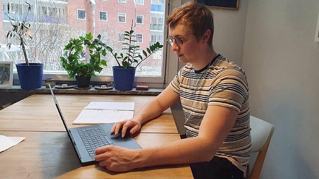 Viggo Grunewald, 22, drabbad av trötthet och huvudvärk.