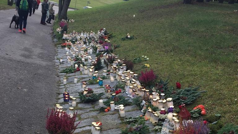 Ljus på Skogskyrkogården på Alla helgons dag.