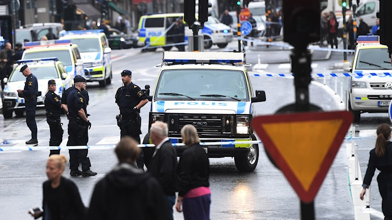 Poliser och avspärrningar vid Medborgarplatsen i Stockholm där en polis har blivit skadad.