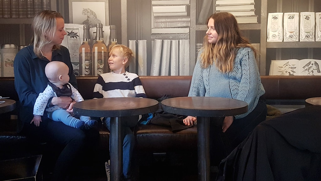 Jenni Grundell Lemker, Simon Lemker och  Susanna Wennberg som bor i Sundbyberg sitter på ett fik