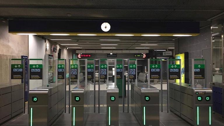 Spärrar vid tunnelbanan i Stockholm.