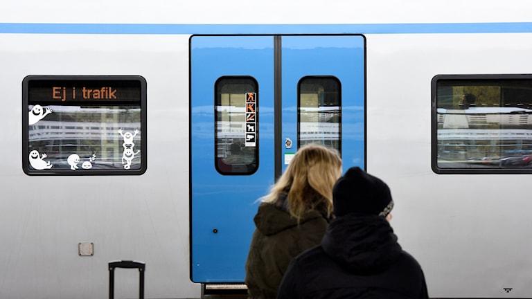 Resenärer väntar vid inställt tåg.