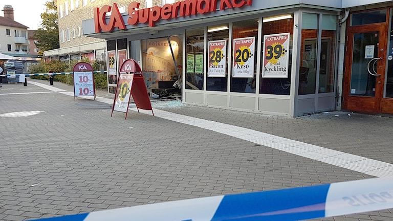 Så här såg det ut när ICA-butiken i Spånga utsattes för en smash'n'grab-kupp förra året (arkivbild).