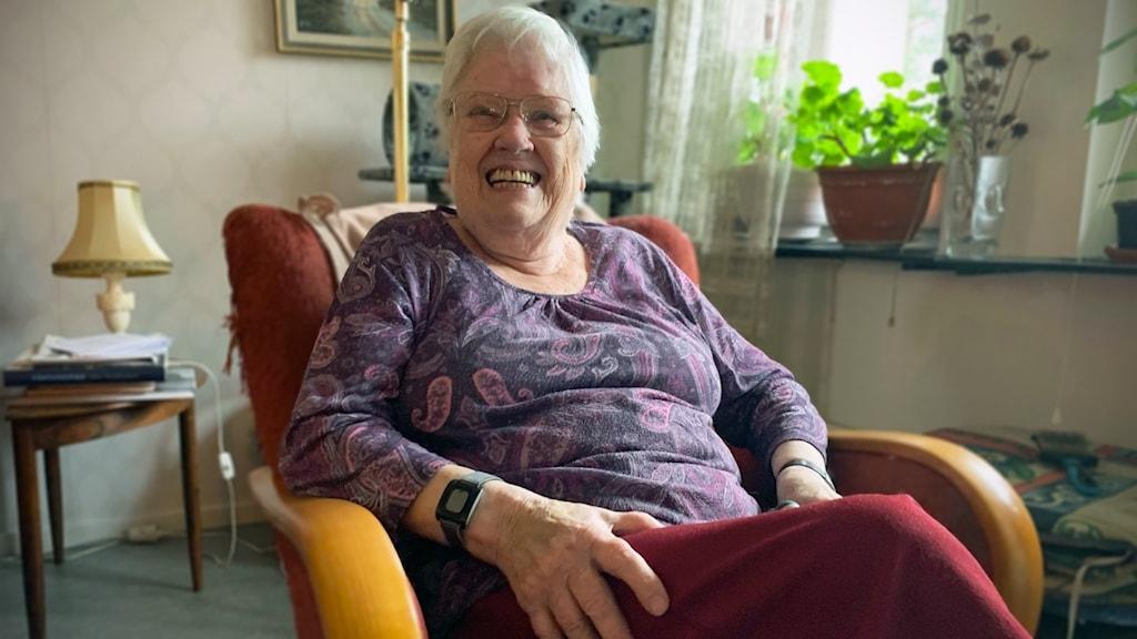 Maj-Gret Holmqvist inomhus.