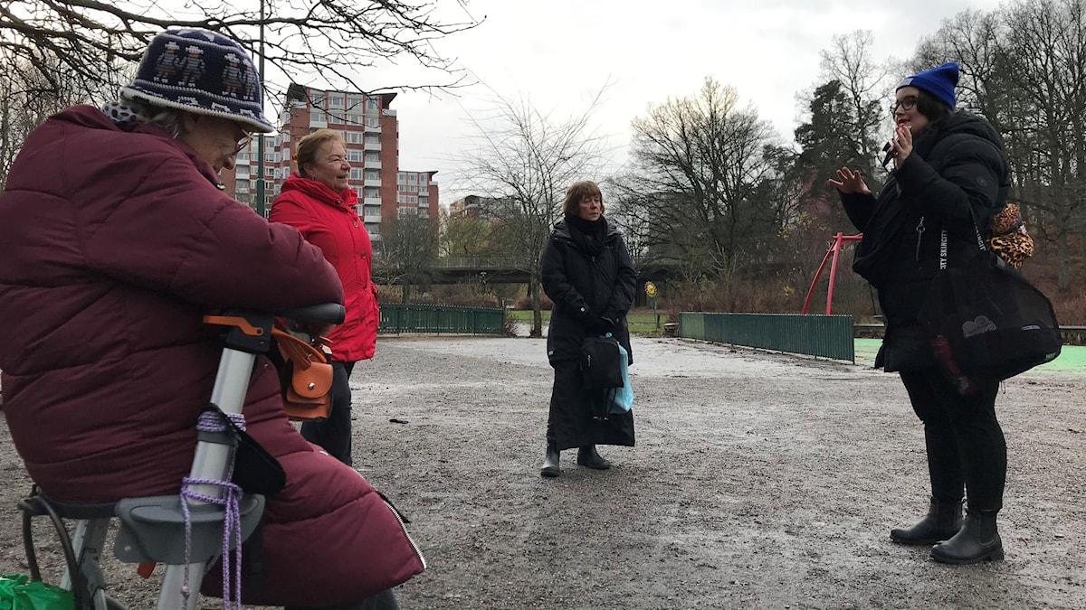 Anna Tvedsjö och några äldre är ute och går i Farsta.