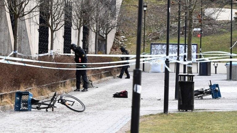 Bombtekniker undersöker den avspärrade platsen där explosionen inträffade.