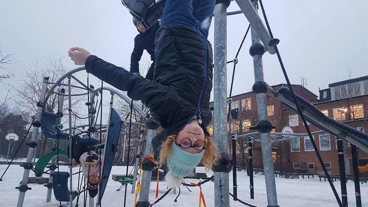 Brianna, Molly och Alexander leker på Södra Ängby skolas skolgård