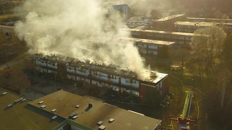 Brand i flerfamiljshus i Märsta.