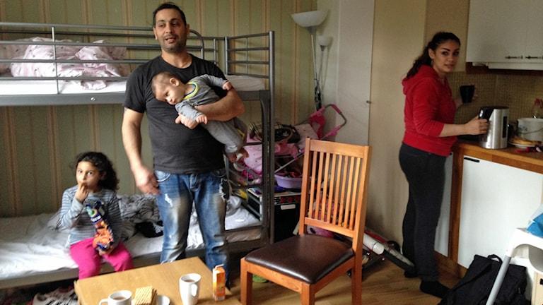 Familjen Haddad i deras rum i Farsta. Foto: Mariela Quintana Melin / Sveriges radio
