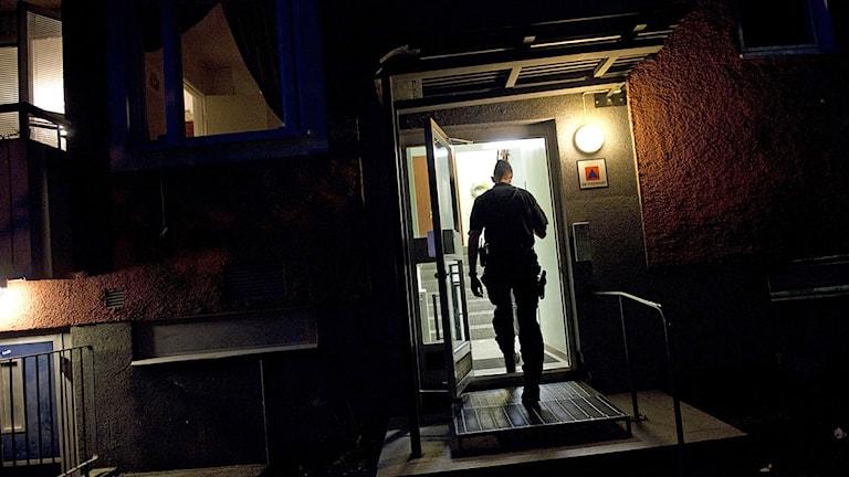 Polisen i trapphuset. Foto: Henrik Montgomery /Scanpix.