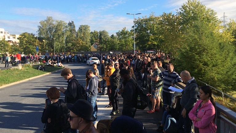 Tågresenärer väntar på buss i Häggvik.