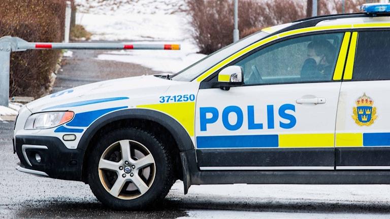 En polisbil i ett bostadsområde i Hallunda.