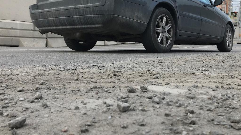 Grusig asfaltsväg i Stockholm