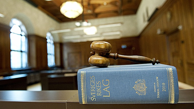 En domarklubba ligger på en lagbok