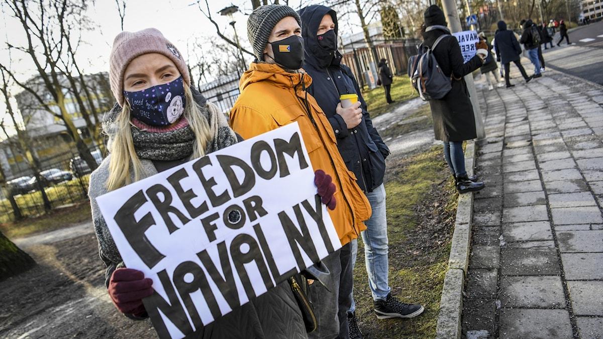 Demonstranter utanför ambassaden.